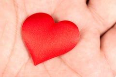 Coeur romantique d'amour rouge dans la main Photos libres de droits