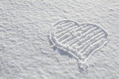 Coeur romantique de valentines dessiné sur l'amour de neige Image stock