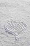 Coeur romantique de valentines dessiné sur l'amour de neige Images libres de droits