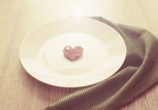 Coeur romantique du plat pour le petit déjeuner Photos stock