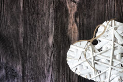 Coeur romantique et blanc sur le bois foncé Image libre de droits