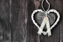 Coeur romantique et blanc sur le bois foncé Images libres de droits