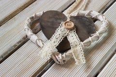 Coeur romantique et blanc sur le bois léger Images libres de droits