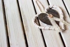 Coeur romantique et blanc sur le bois léger Photographie stock
