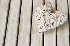 Coeur romantique et blanc sur le bois léger Image libre de droits