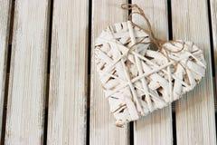 Coeur romantique et blanc sur le bois léger Photographie stock libre de droits
