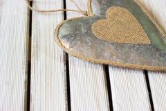 Coeur romantique et blanc sur le bois léger Photos libres de droits
