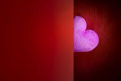 Coeur rose avec l'espace vide de fond rouge pendant une Saint-Valentin Photos stock