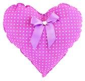 Coeur rose bourré de guingan avec les points blancs, l'arc et un coeur en cristal d'isolement sur le fond blanc Coeur pourpre mou photos libres de droits