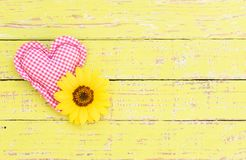 Coeur rose d'amour avec la fleur sur le vieux fond en bois avec l'espace de copie Photo stock