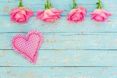 Coeur rose d'amour et fleurs roses sur le bois bleu-clair au style de vintage Photos libres de droits