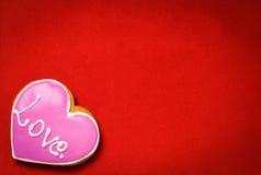 Coeur rose d'amour sur le fond rouge Photos libres de droits