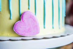 Coeur rose de mastic sur le gâteau Photos libres de droits