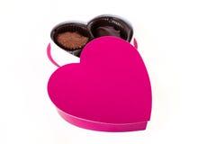 Coeur rose de Saint-Valentin avec des chocolats Image stock