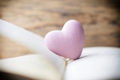 Coeur rose du livre Cartes de voeux Image libre de droits