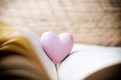Coeur rose du livre Cartes de voeux Images libres de droits