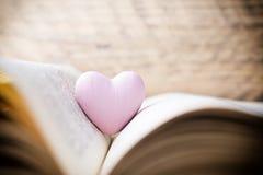 Coeur rose du livre Cartes de voeux Photo libre de droits