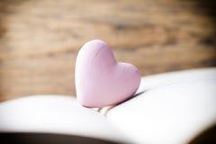 Coeur rose du livre Cartes de voeux Photographie stock libre de droits