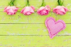 Coeur rose et frontière rose de fleurs sur le fond en bois au style de vintage Photographie stock