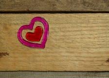 Coeur rose et rouge sur le bois de palette Image libre de droits