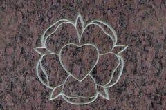 Coeur rose et sacré saint sur la surface en pierre Symbole du Saint-Esprit Photographie stock libre de droits
