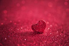 Coeur rose lumineux de valentines sur un fond rose de scintillement artiste Image stock