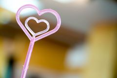 Coeur rose sur le fond de tache floue Images stock