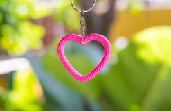 coeur rose sur le fond vert de nature pour la valentine et le x27 ; jour de s Concept d'amour Images libres de droits