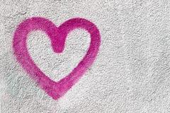 Coeur rose sur le mur Images stock