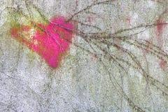 Coeur rose sur le mur image stock