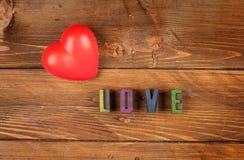 Coeur rouge à l'arrière-plan en bois Photographie stock libre de droits