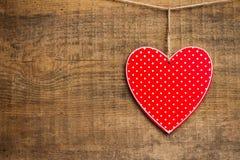 Coeur rouge accrochant sur la corde à linge pour le jour de valentines Images libres de droits