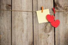 Coeur rouge accrochant sur la corde à linge pour le jour de valentines Photo stock