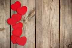 Coeur rouge accrochant sur la corde à linge pour le jour de valentines Image libre de droits