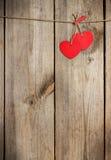 Coeur rouge accrochant sur la corde à linge pour le jour de valentines Photographie stock libre de droits
