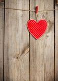 Coeur rouge accrochant sur la corde à linge pour le jour de valentines Photo libre de droits