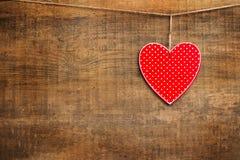 Coeur rouge accrochant sur la corde à linge pour Valentine Day Image stock