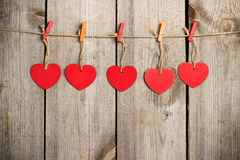 Coeur rouge accrochant sur la corde à linge pour Valentine Day Photos stock