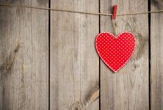 Coeur rouge accrochant sur la corde à linge pour Valentine Day Image libre de droits