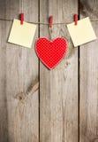 Coeur rouge accrochant sur la corde à linge pour Valentine Day Photographie stock libre de droits