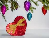 Coeur rouge actuel sous l'arbre de Noël Image stock