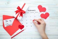 Coeur rouge au-dessus de calendrier de février Photographie stock libre de droits