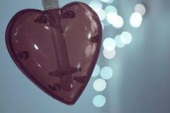 Coeur rouge au-dessus de fond brouillé d'effet de bokeh Images stock