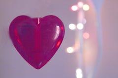 Coeur rouge au-dessus de fond brouillé d'effet de bokeh Image libre de droits