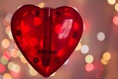 Coeur rouge au-dessus de fond brouillé d'effet de bokeh Image stock