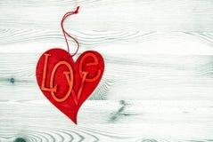 Coeur rouge au-dessus de fond en bois Amour et jour de valentines Photographie stock