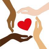 Coeur rouge au milieu des mains humaines avec la couleur de la peau différente illustration stock