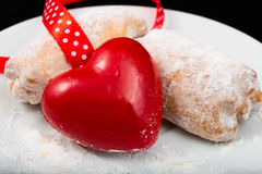 Coeur rouge avec des biscuits Image stock