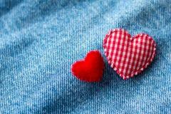 Coeur rouge avec des jeans Photographie stock