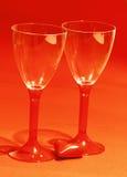 Coeur rouge avec deux verres de vin brillants Photos libres de droits